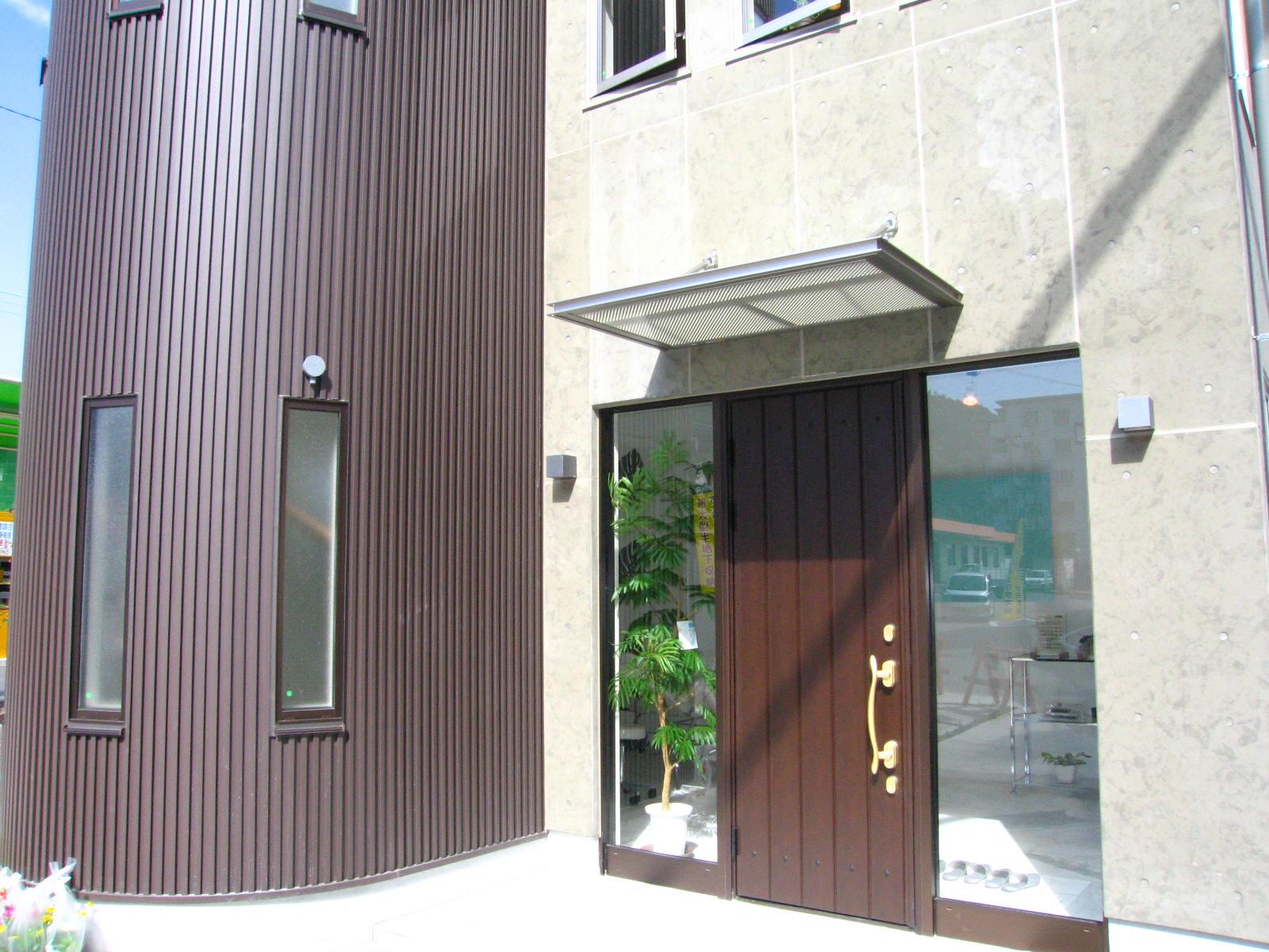 駅前に建つRデザインの店舗併用住宅(サロン) 静岡市清水区