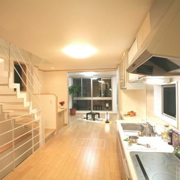 ストリップ階段で広さを演出した店舗付住宅 静岡市葵区