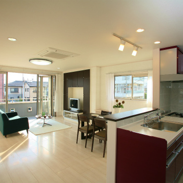 ワイドオープンサッシを採用し、開放的なLDKのある重量鉄骨3階建て二世帯住宅