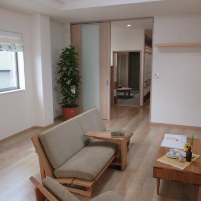 高低差のある敷地を活かす家 重量鉄骨2階建2世帯  ZEHゼロエネルギー住宅 静岡市清水区