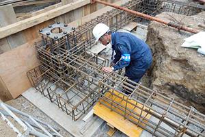 >いよいよ基礎着工です。必要に応じて、特殊基礎工事を行います。アイディースリーの池田建設の重量鉄骨住宅は基礎工事が要(かなめ)!重量鉄骨を支える土台をしっかりと作り上げます。同時に第三者機関による各種検査(配筋検査)も行います。